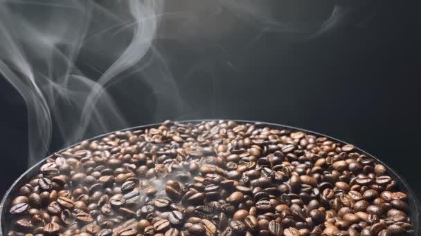 Nad horkými kávovými zrny víří kouř. Zpomalený pohyb.