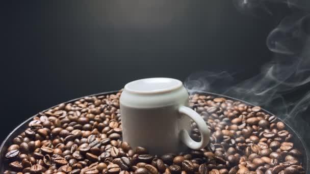 Füst örvénylik a fordított kávéscsésze felett. Lassú mozgás..