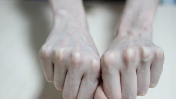 Žena rukou manikúra žíly