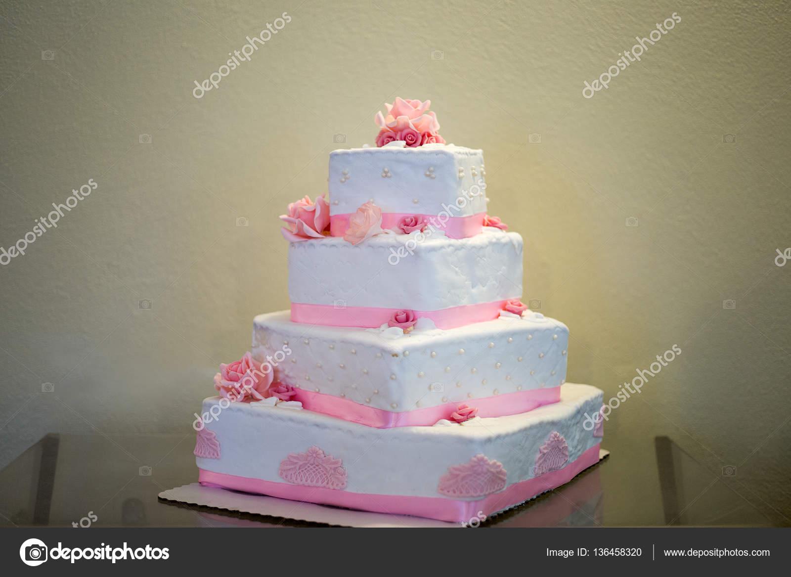 Gâteau De Mariage Blanc Et Rose à Carré Photographie