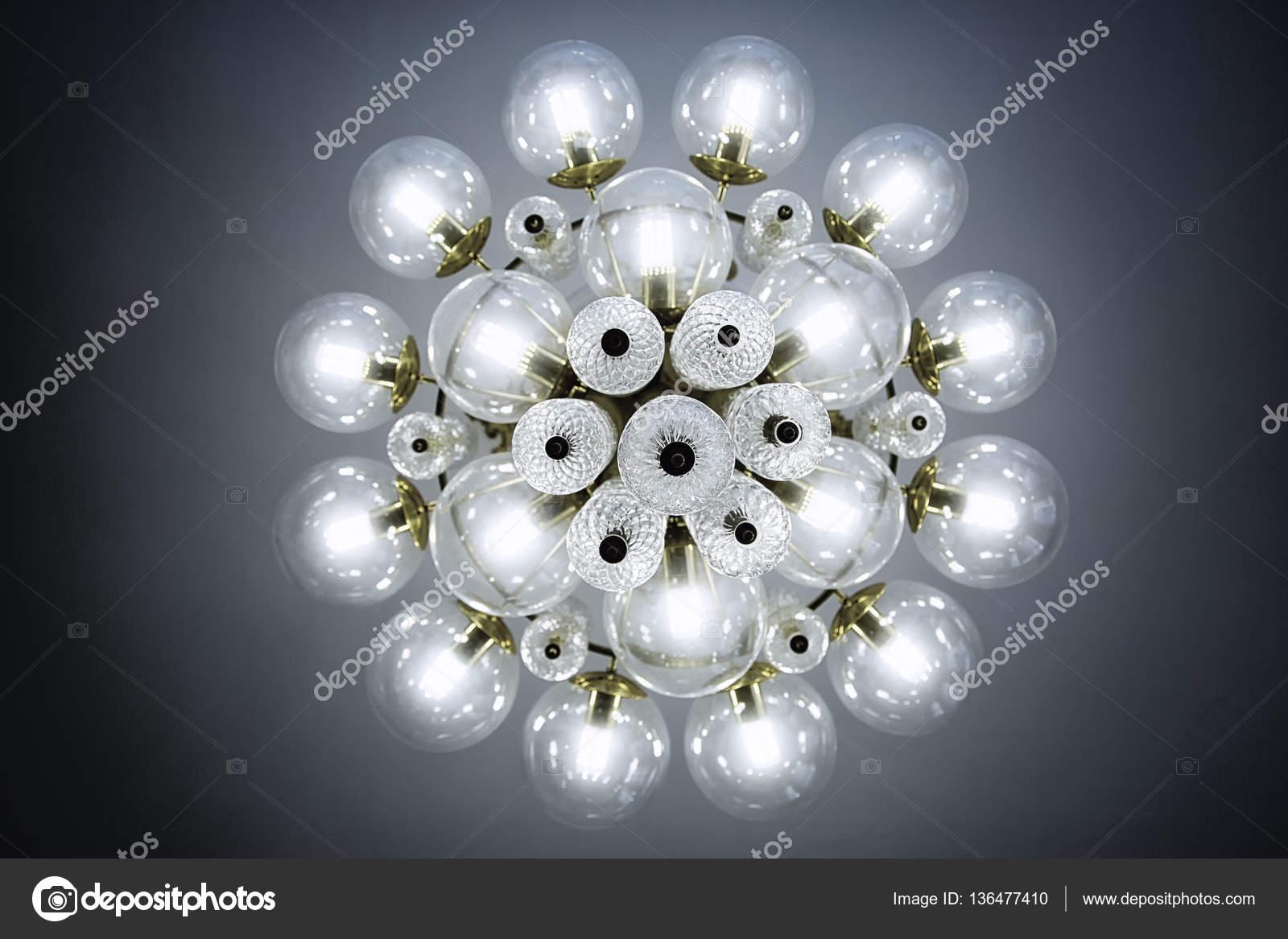 Kronleuchter Mit Kerzen Und Glühbirnen ~ Kristall glas kronleuchter blick von unten runde form runde