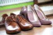 Männliche und weibliche Kleidung Schuhe
