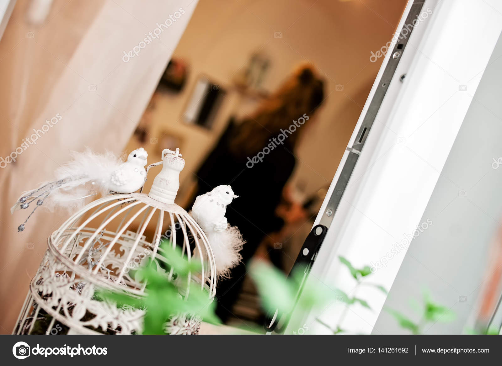 Hochzeit Weisse Dekorative Kleine Vogel Mit Fellschwanz Platziert Auf