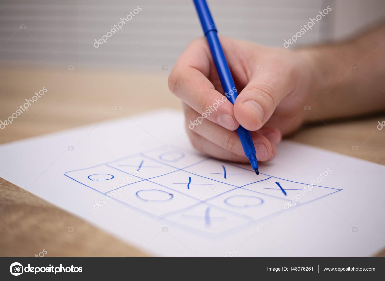 Männlichen Erwachsenen Hand Mit Blauen Stift über Ein Papier Mit