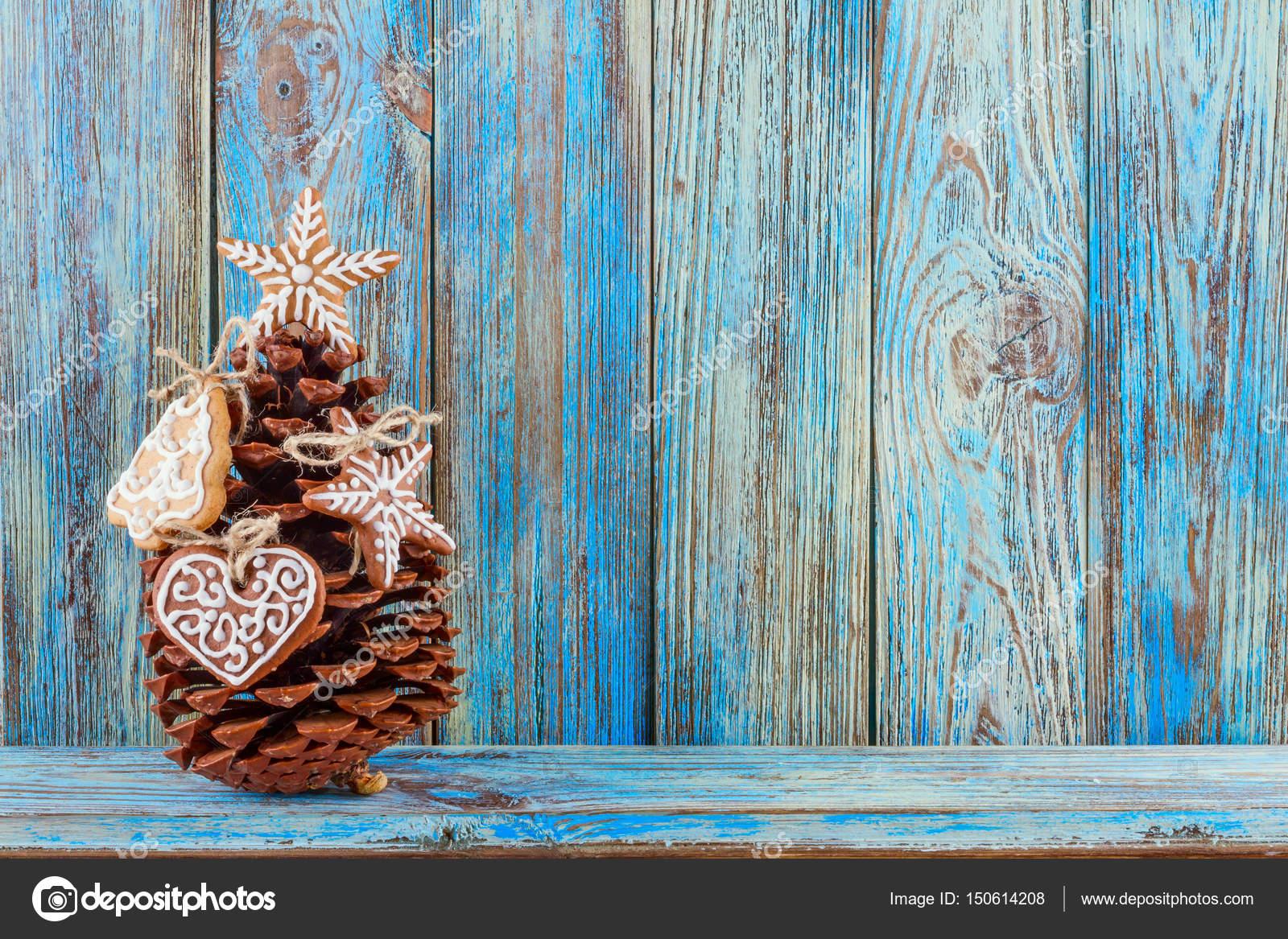 Cono de pino decorado con galletas de jengibre sobre fondo azul de ...