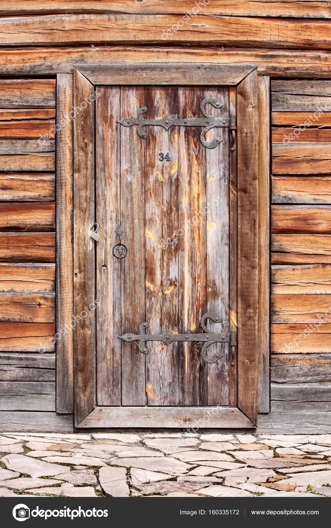 vieille porte en bois ancien avec d anciens journaux de planches de bois corce wal. Black Bedroom Furniture Sets. Home Design Ideas