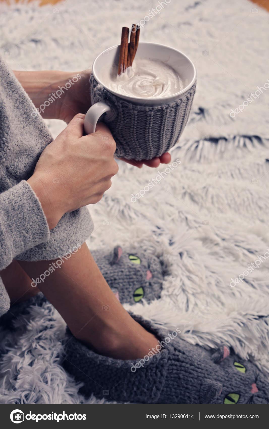 a8d8c83a98e2 Γυναίκα που φοράει φιλόξενο ζεστό μαλλί κάλτσες και πίνοντας κακάο ...