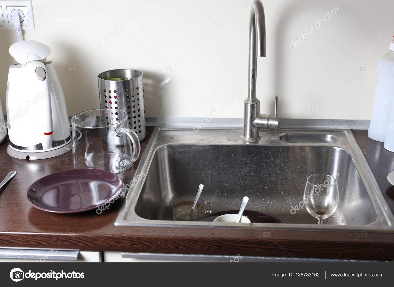 Schmutziges Geschirr in einer Küchenspüle — Stockfoto ...