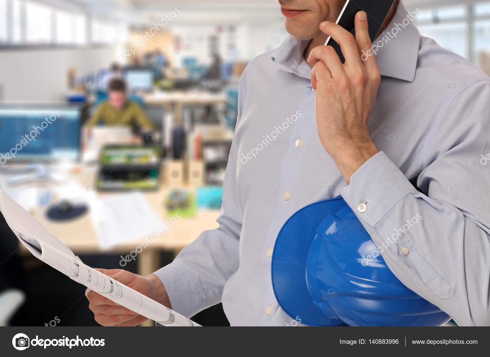 Mann-Architekt in einem Büro arbeiten — Stockfoto © glisic_albina ...