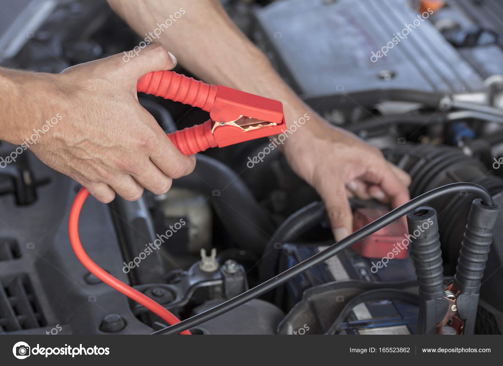 Ladegerät Autobatterie von einem anderen Auto mit einer Reihe von ...