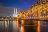 Nachtaufnahme des Kölner Doms in Köln, Deutschland