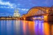 Nacht in Köln und Blick auf den Kölner Dom, Deutschland