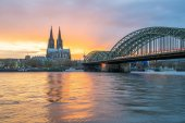 Blick auf den Sonnenuntergang der Kölner Skyline in Köln, Deutschland