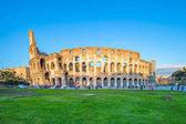 Vista del Colosseo e tramonto a Roma, Italia