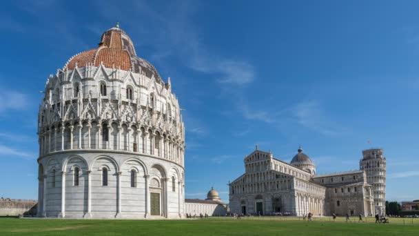 Piazza dei Miracoli s šikmou věží v Pise v Itálii.
