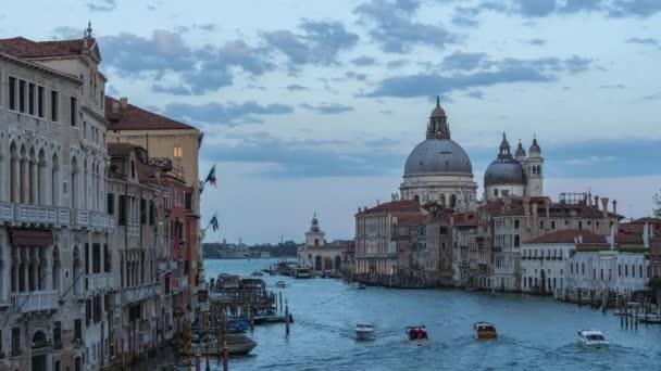 Benátky panorama města s Grand Canal a lodí v Benátkách, Itálie.
