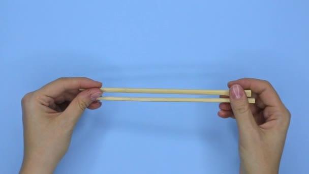 Problémy začátečník s hůlkami, horní pohled na modré pozadí