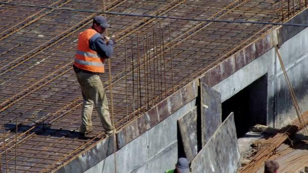 Staveniště, proces budování sportovního centra, budova je z betonu. 18. května 2020 Kyjev, Ukrajina
