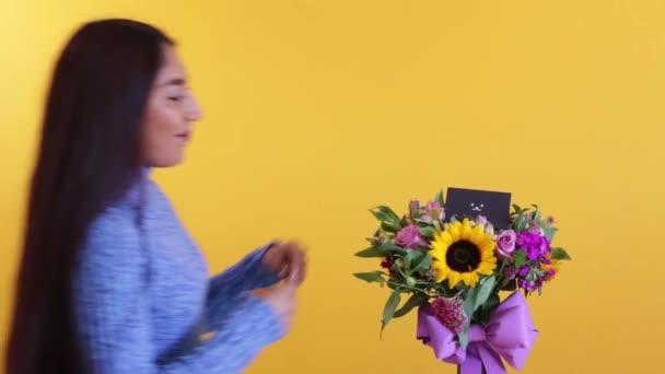 Roztomilé latinsky dívka ocení smutnou kytici