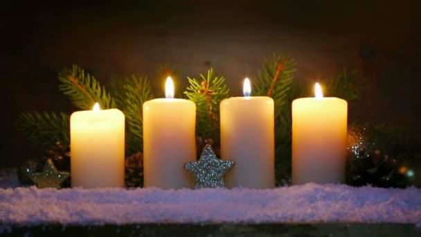 Čtyři svíčky hořící Adventní a vánoční dekorace