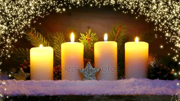 vier brennende Adventskerzen und leuchtende Lichter.