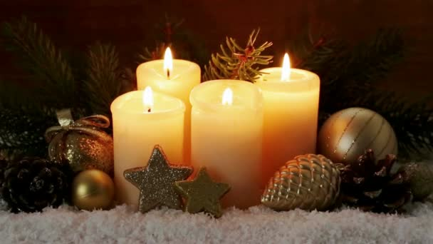 Vier brennende Advent Kerzen und Weihnachtsdekoration.