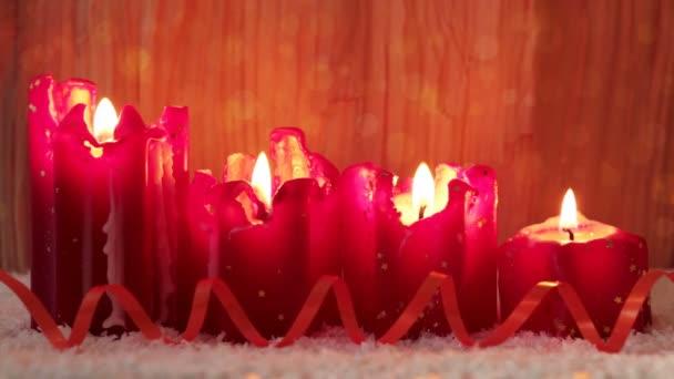 Vier rote Kerzen Advent mit weißen Schnee