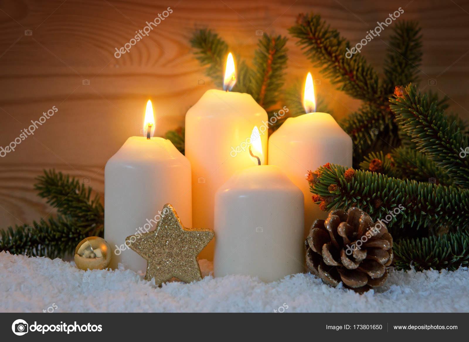 Candele Dell Avvento.Decorazione Di Natale E Quattro Candele Dell Avvento Foto