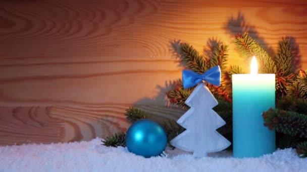Adventní svíčka a dřevo jedle. Vánoční pozadí.