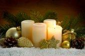1. Advent Kerze und Weihnachtsdekoration.