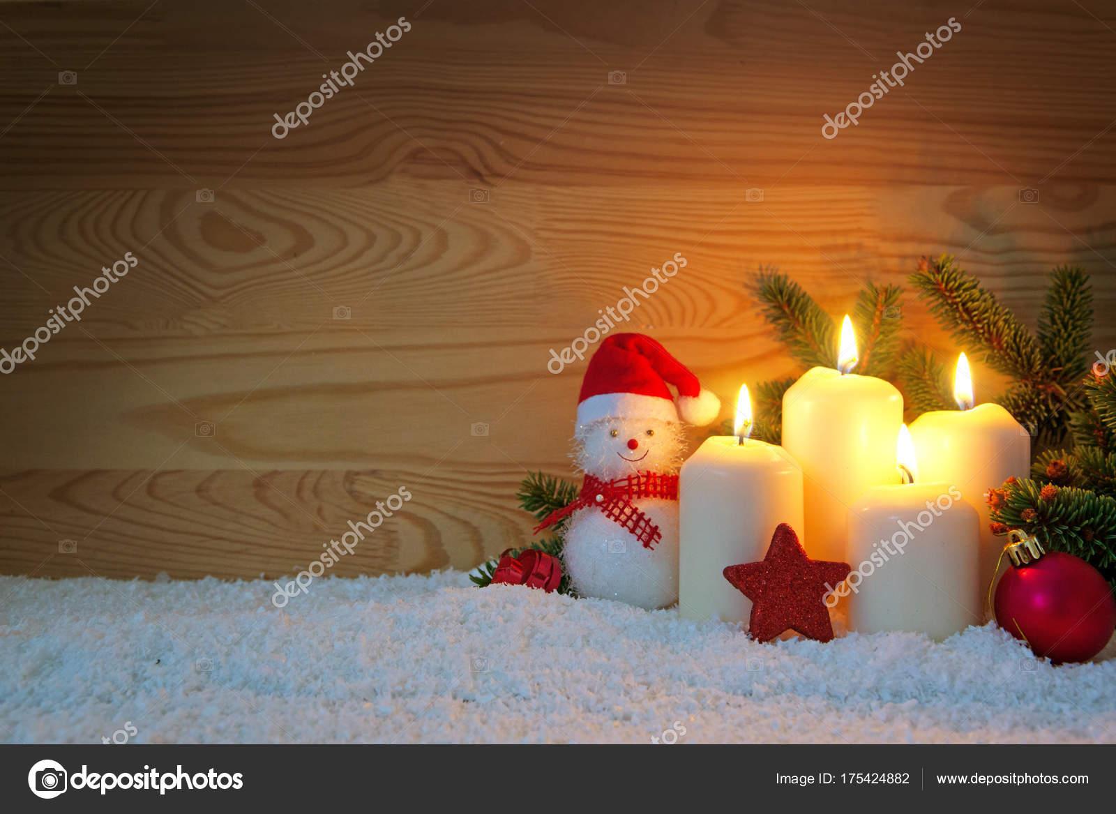 Decorare Candele Bianche : Quattro candele bianche di avvento masterizzazione e pupazzo di