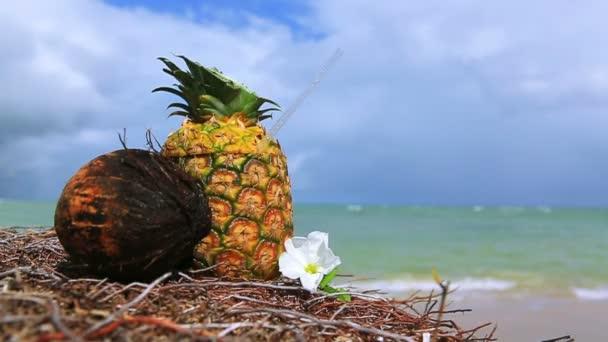 Ananász trópusi koktél ital a Karib-tenger strandon.