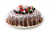 Gyümölcs csokis születésnapi torta elszigetelt fehér background.