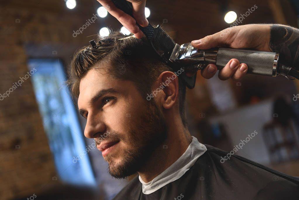 Sognare di tagliare i capelli dal parrucchiere