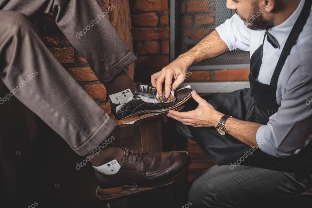Fotos Artesano Limpiar Stock Con Zapatos De Los Espuma Cuidado — xBodCer