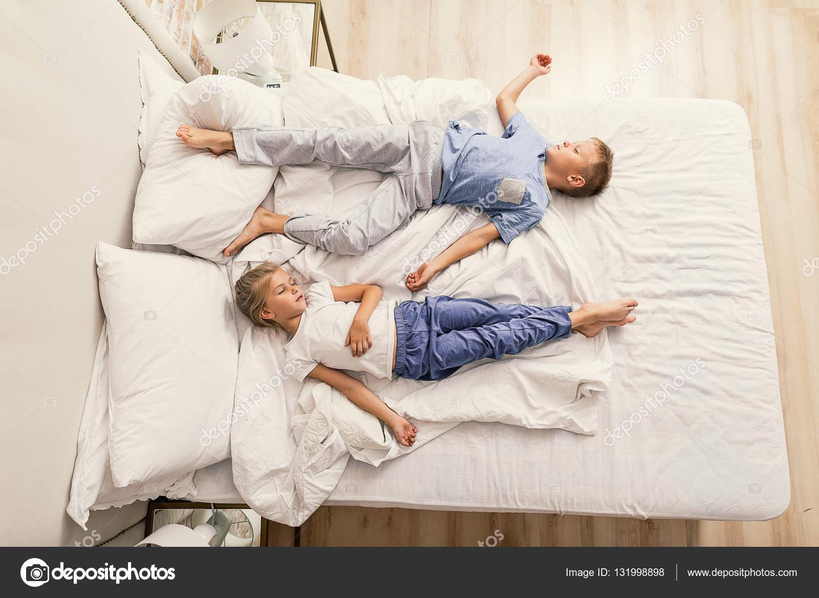 брат с сестренкой в кровате