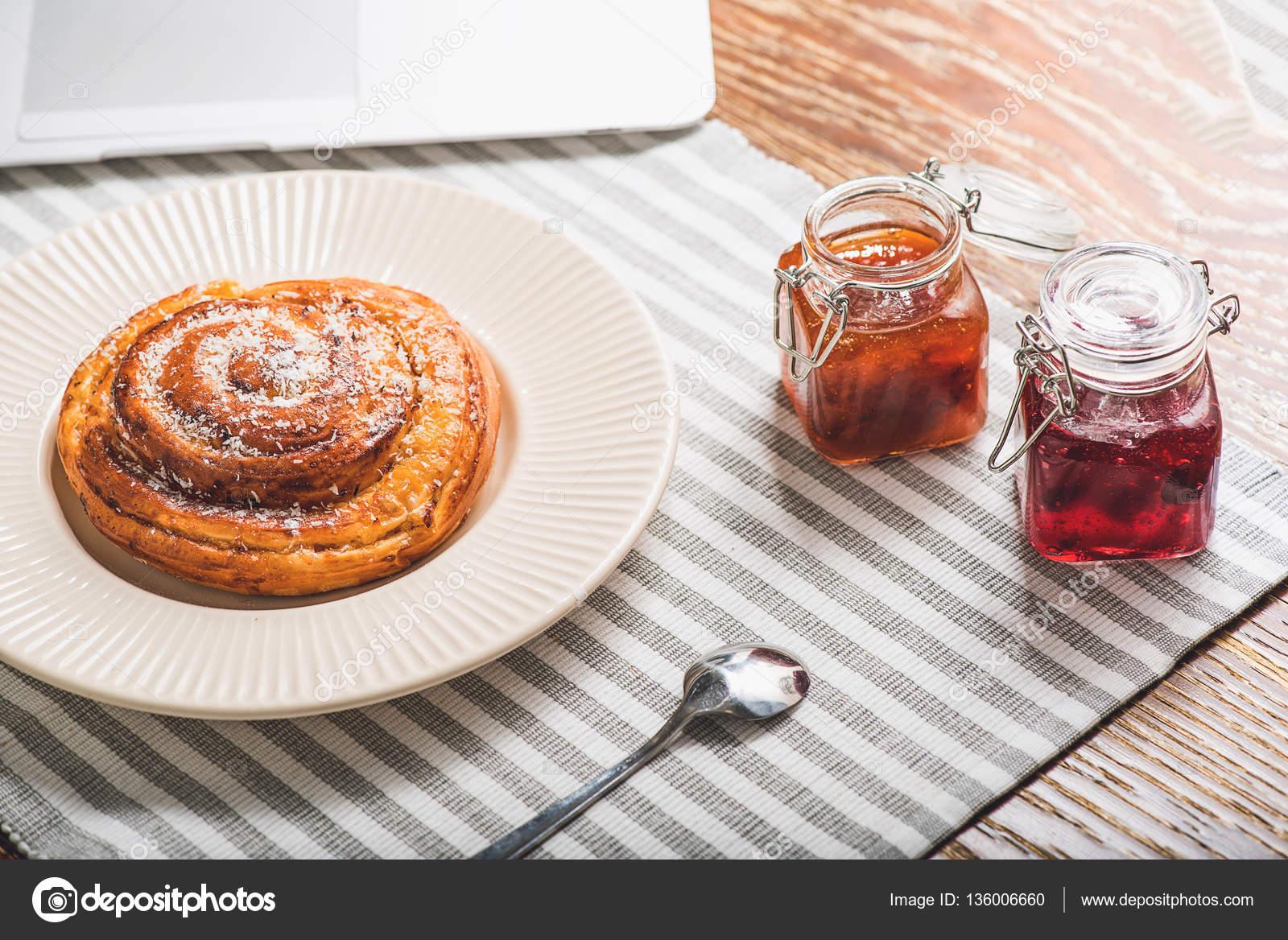 Gustoso panino dolce per il pranzo u foto stock iakovenko