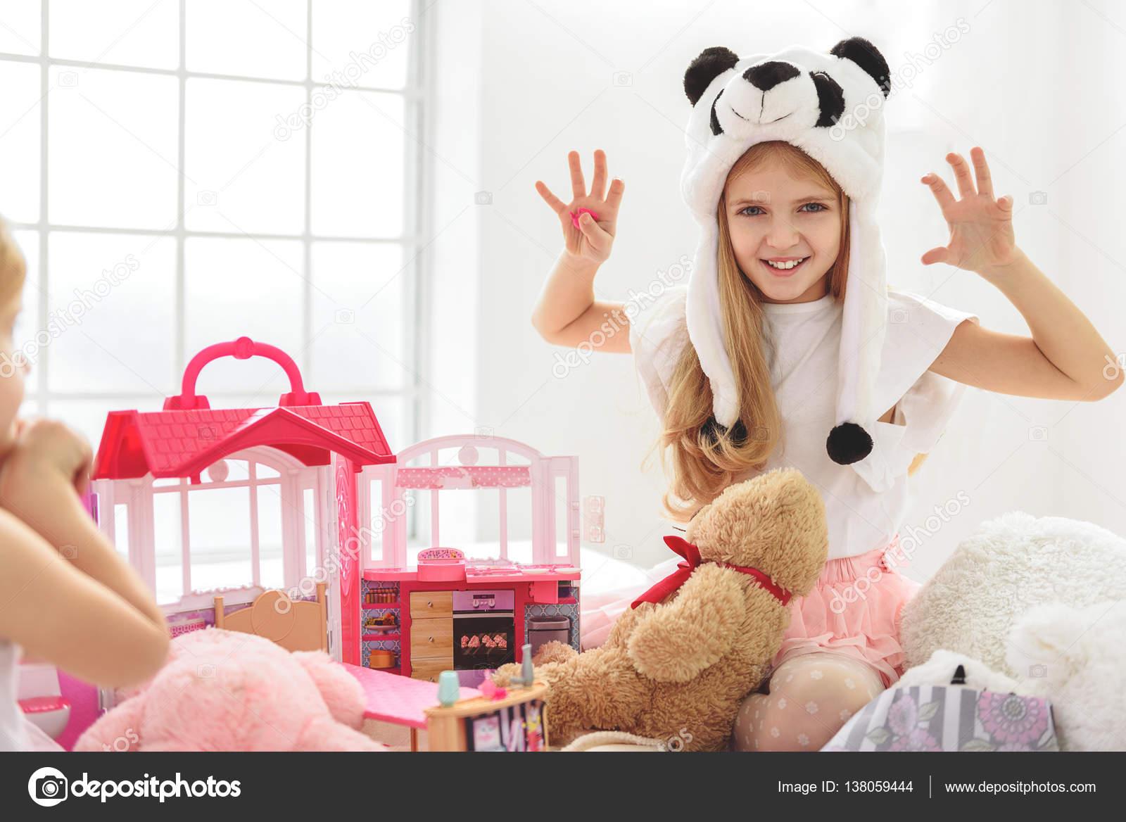Сестра играла а он вставил ей, Сестра приклеилась к столу, а брат воспользовался этим 18 фотография