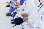 Profesionální praktičtí lékaři dělat poznámky na klinice