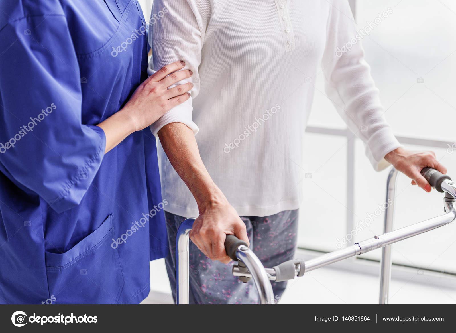 Enseñanza terapéutica anciana con andador plegable — Foto de stock ...