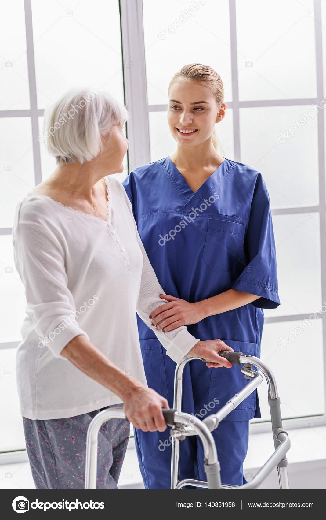 Saliente médico habla con la anciana — Fotos de Stock © iakovenko123 ...