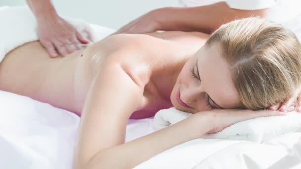 Profesionální kosmetička masíruje tělo dívky