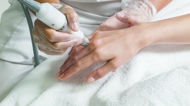 Geschickte Kosmetikerin Mikrodermabrasion Therapie auf weibliche arm