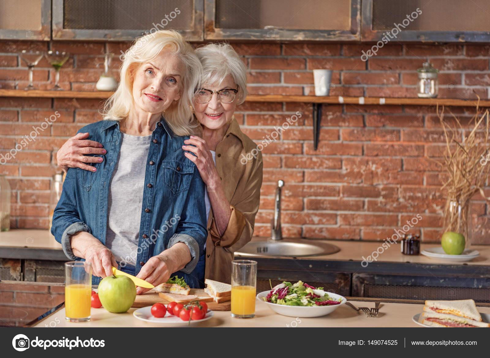 Viejas En La Cocina | Proceso De Alegres Viejas Senoras Disfrutando De Cocinar Foto De