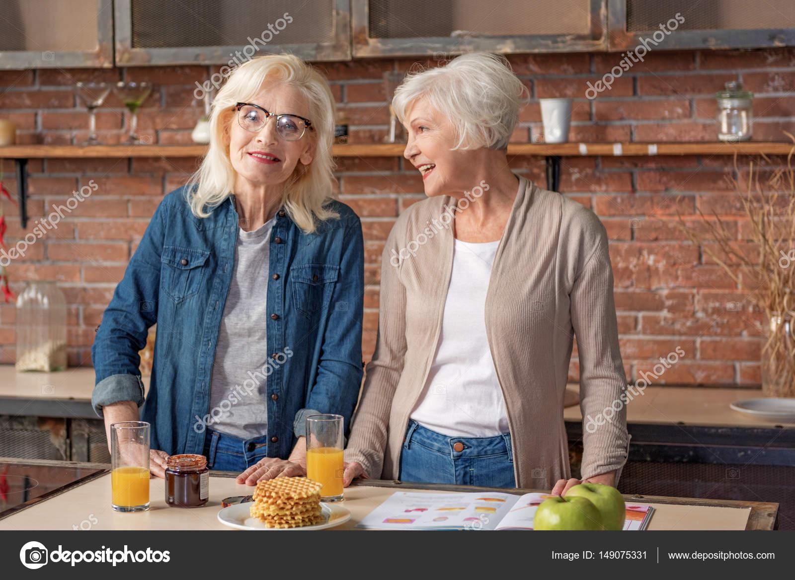 Fotos Señoras Cocinando Carefree Jubilados Mujer Cocinando En La