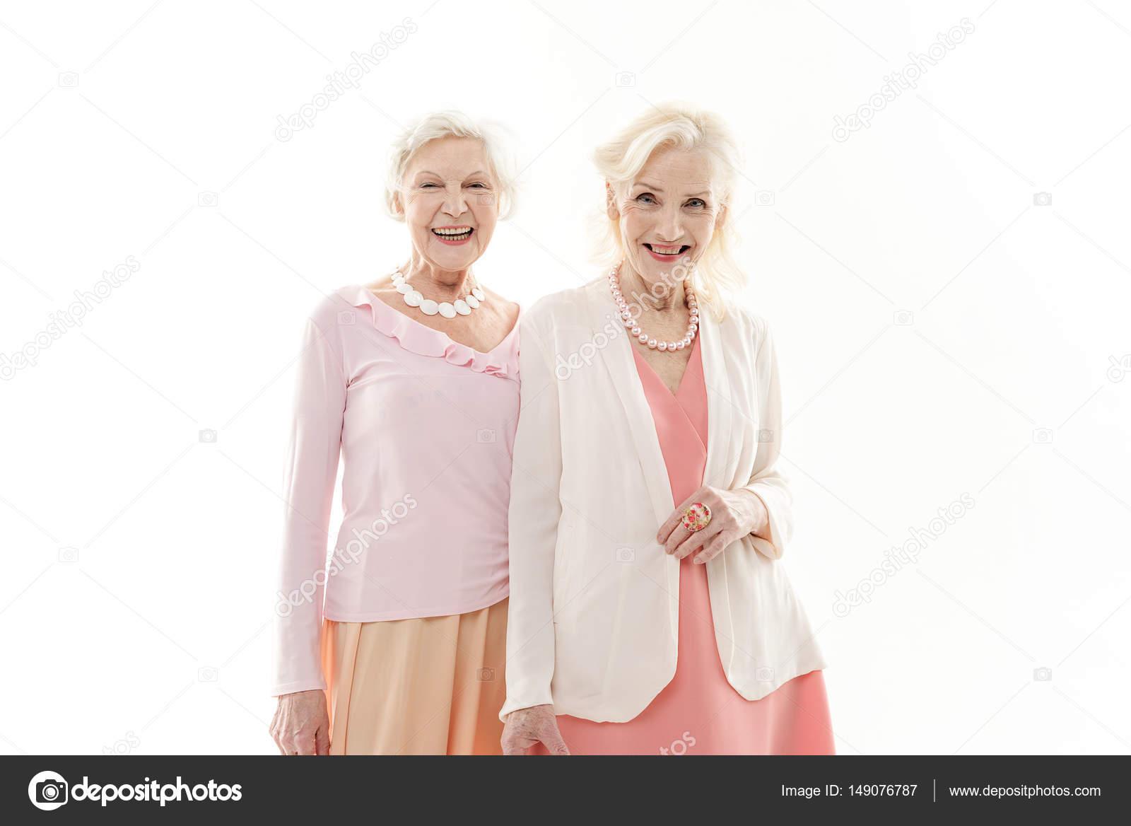 Amigas Maduras sonriente mujer madura con brazos aislados sobre blanco