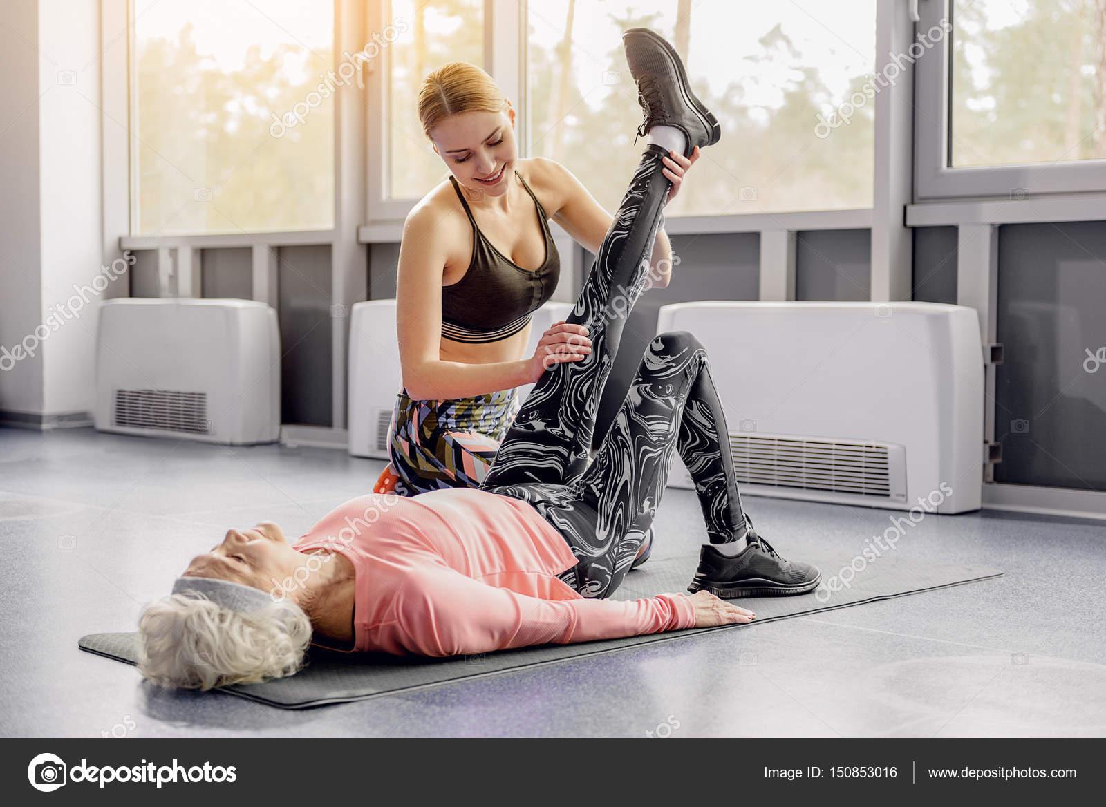 448c946f7 Avó de treinamento mulher saída em aulas de fitness — Fotografia de Stock