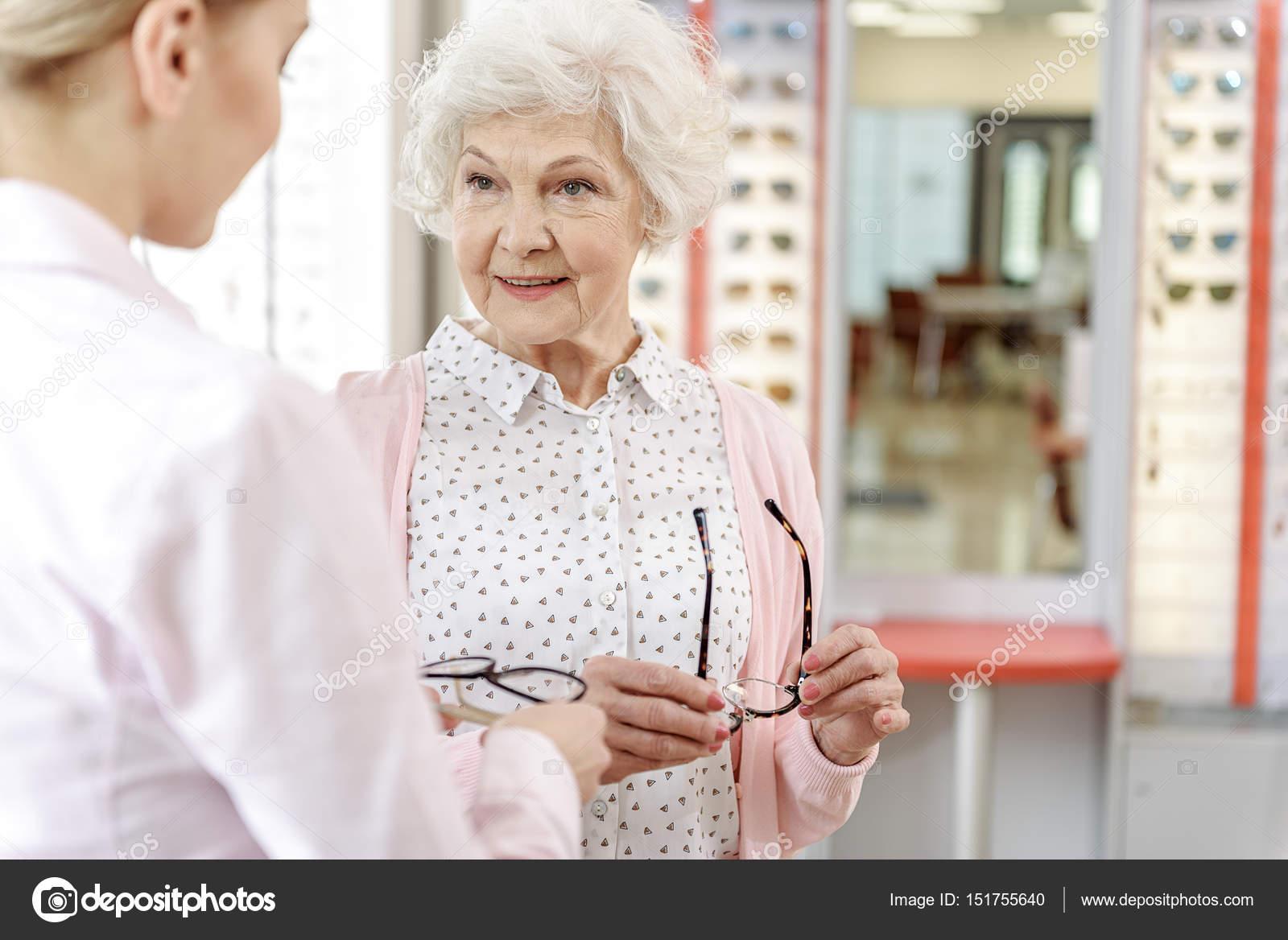 67043b3795 Παλιό γυναικείο πρόσωπο στο κατάστημα οπτικών — Φωτογραφία Αρχείου ...