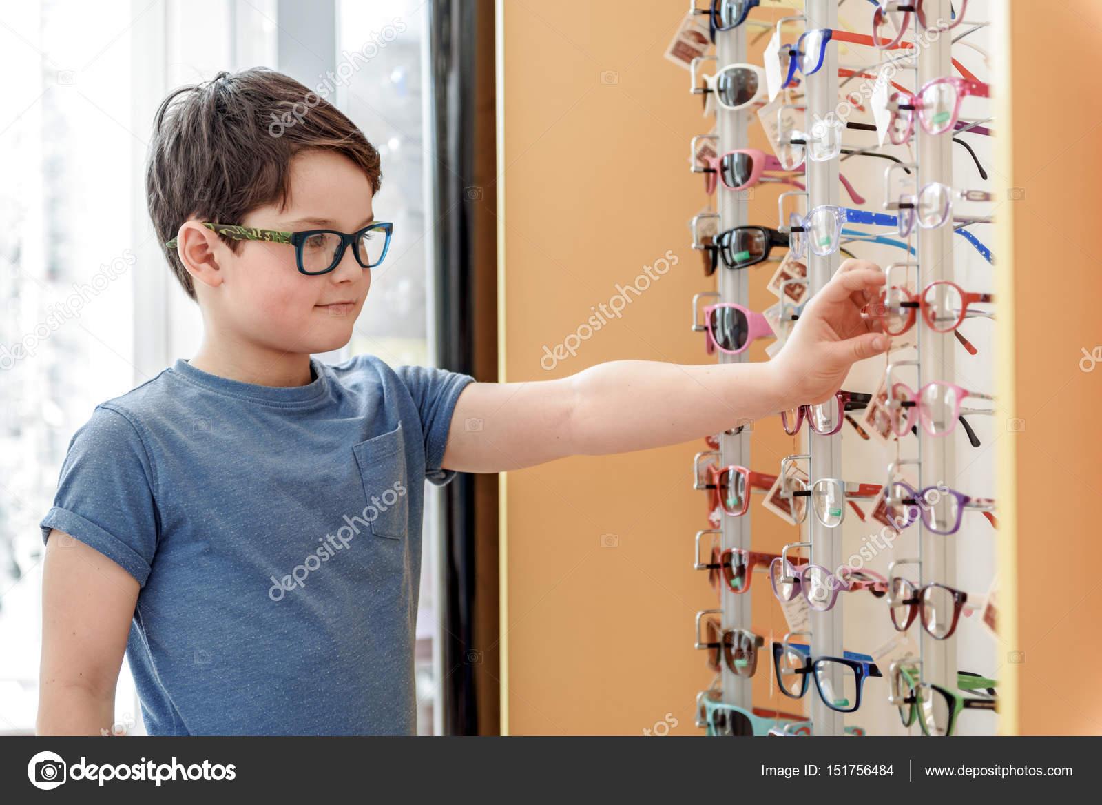 0b69fd534f Infantil masculino interesado en tienda óptica — Foto de stock ...