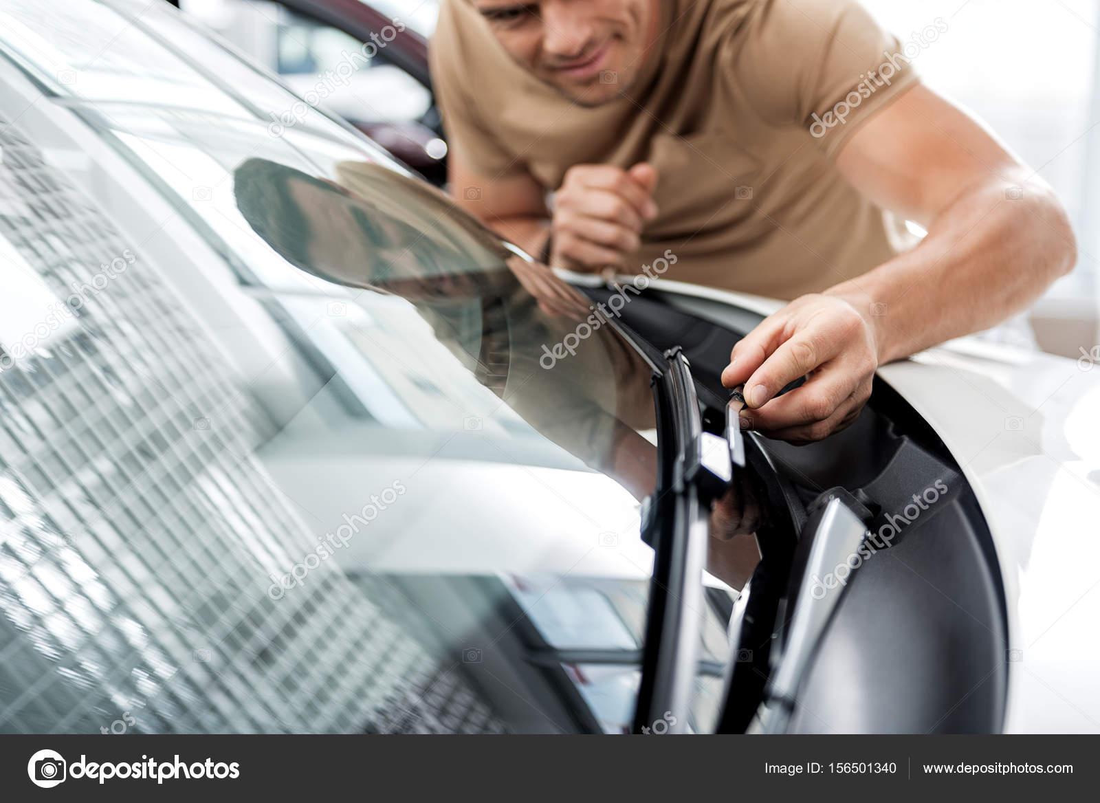 Fröhliche männlich Prüfung technische Ausrüstung des Autos ...